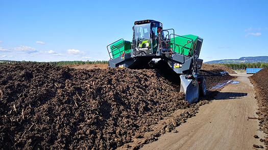 Rankevender som lager jord av hageavfall